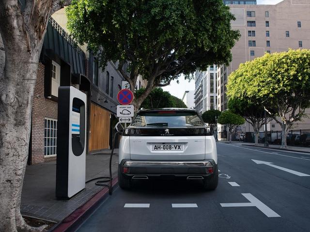 Nouveau SUV PEUGEOT 3008 HYBRID - Recharge sur borne publique