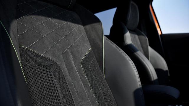 Nouveau SUV PEUGEOT 2008 : sièges en cuir et Alcantara® avec plan de forme dynamique